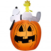 Gemmy 4.50 ft. Pre-Lit Inflatable Snoopy and Woodstock on Pumpkin-MD Scene Airblown